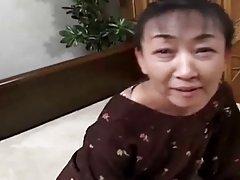 54 v vanha karvainen Japanin mummo vielä himoitsee cum (sensuroimattomia)